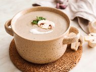 Гъбена крем супа с прясно мляко и брашно поднесена с крутони и копър